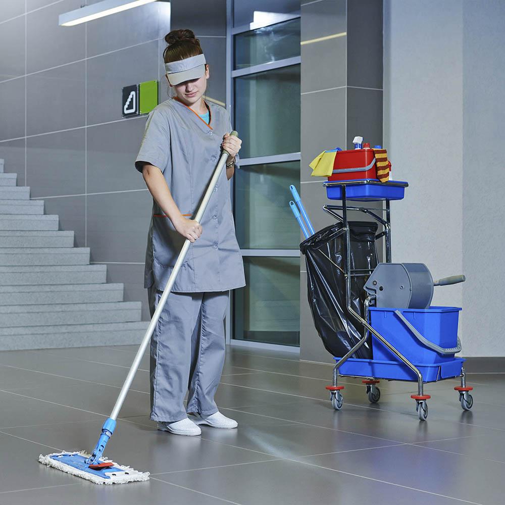 Ménage d'un immeuble par une société de nettoyage professionnel