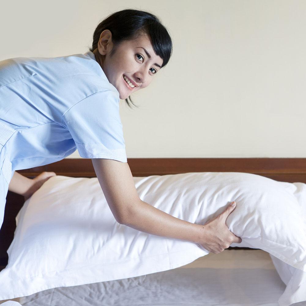 Ménage dans une chambre d'hotel par une société de nettoyage industriel